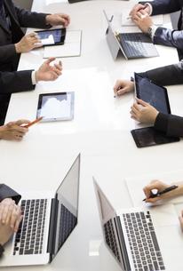 会議するビジネスマン FYI01030989