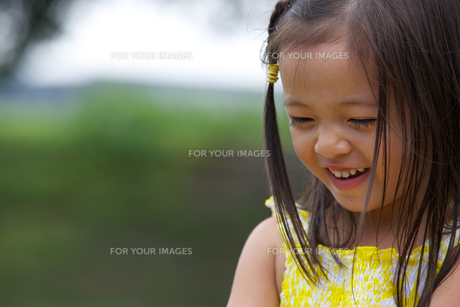 公園で遊ぶ外国人の子供 FYI01031111