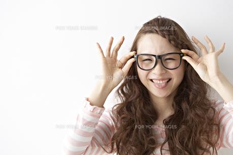 眼鏡をかける女性 FYI01032138