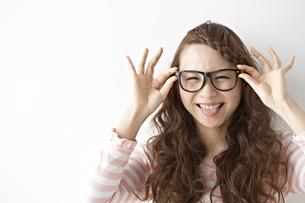 眼鏡をかける女性の素材 [FYI01032138]