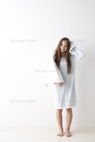 髪を拭く女性 FYI01032152