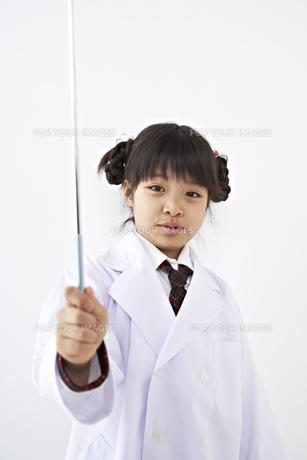 指示棒を持つ少女 FYI01032189
