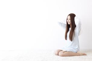 髪を拭く女性 FYI01032237