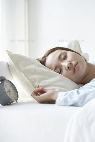 眠る女性 FYI01032256