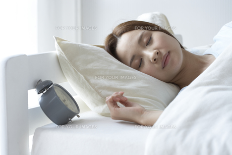 眠る女性 FYI01032257