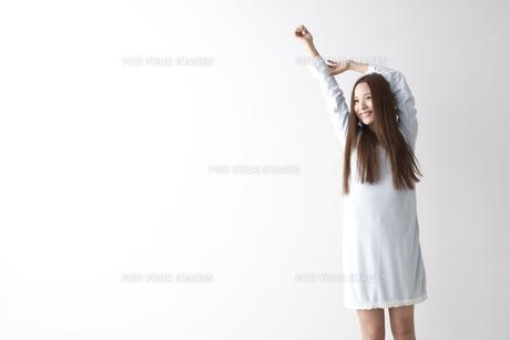 伸びをする女性 FYI01032262