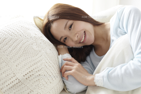 横たわる女性 FYI01032263