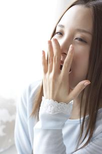 あくびをする女性 FYI01032281