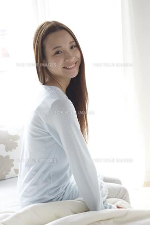 ベッドに座る女性 FYI01032282