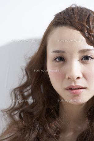 見つめる女性 FYI01032296