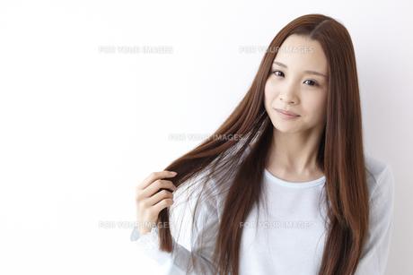 髪をさわる女性 FYI01032325