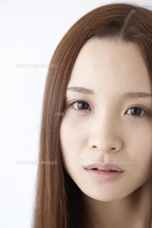 見つめる女性 FYI01032362