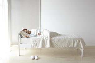 眠る女性 FYI01032409