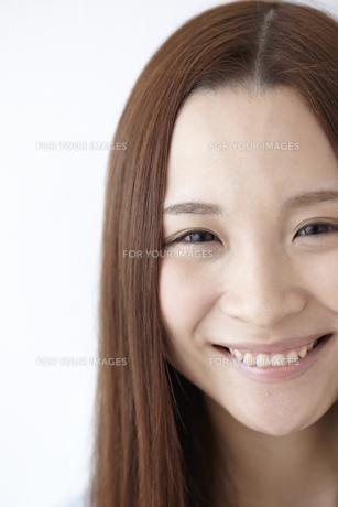 見つめる女性 FYI01032462