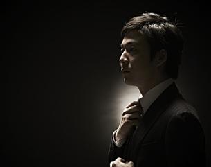 ネクタイをしめるビジネスマン FYI01032706