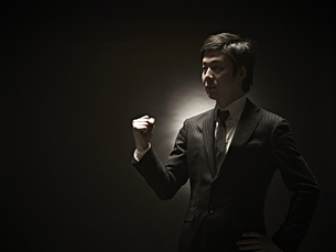 ガッツポーズのビジネスマン FYI01032724