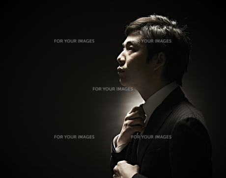 ネクタイをしめるビジネスマン FYI01032727