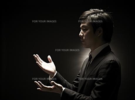 両手を広げるビジネスマン FYI01032758