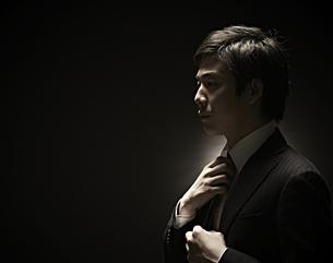 ネクタイをしめるビジネスマン FYI01032765