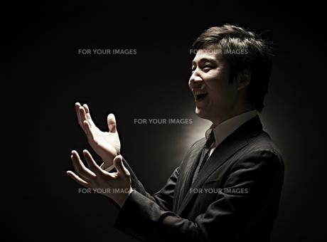 両手を広げるビジネスマン FYI01032842