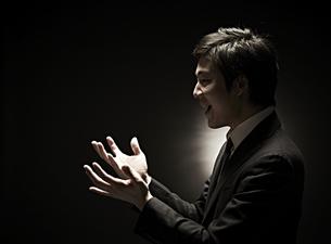 両手を広げるビジネスマン FYI01032844