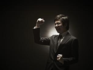 ガッツポーズのビジネスマン FYI01032850