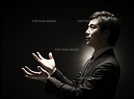 両手を広げるビジネスマン FYI01032865