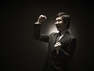 ガッツポーズのビジネスマン FYI01032921
