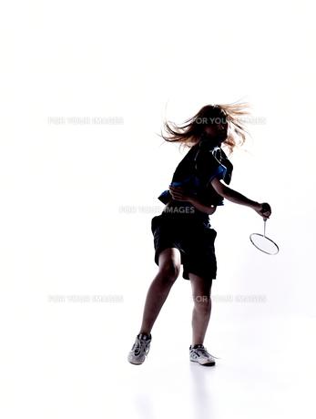 バトミントンをする女性のシルエット FYI01032992