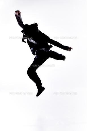 ダンスをする女性のシルエットの素材 [FYI01033048]