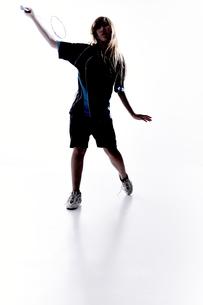 バトミントンをする女性のシルエット FYI01033056