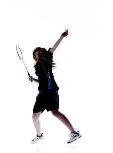 バトミントンをする女性のシルエット FYI01033057