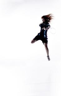 バトミントンをする女性のシルエット FYI01033061