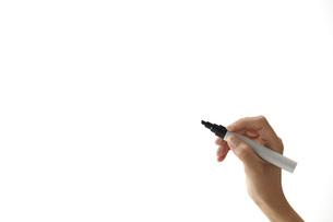 ペンで書き込む女性 FYI01033068