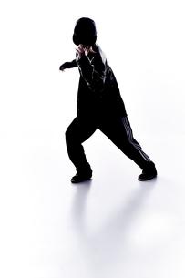ダンスをする女性のシルエット FYI01033075