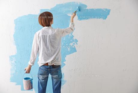 DIYをする女性 FYI01033081