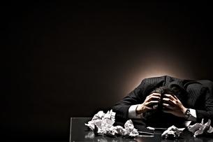 悩むビジネスマンの素材 [FYI01033082]