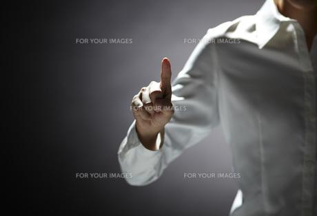指を伸ばす女性の手 FYI01033099