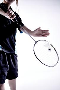 バトミントンをする女性のシルエット FYI01033103