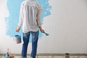 DIYをする女性 FYI01033109