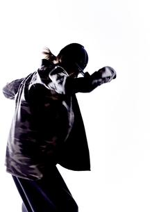 ダンスをする女性のシルエット FYI01033114