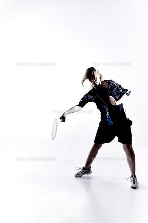 バトミントンをする女性のシルエット FYI01033115