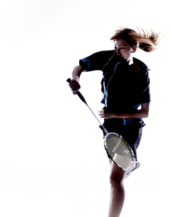 バトミントンをする女性のシルエット FYI01033127