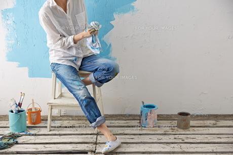 DIYをする女性 FYI01033130
