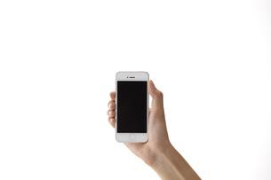 スマートフォンを持つ女性の手 FYI01033135