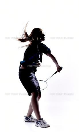 バトミントンをする女性のシルエット FYI01033139