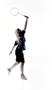 バトミントンをする女性のシルエット FYI01033152