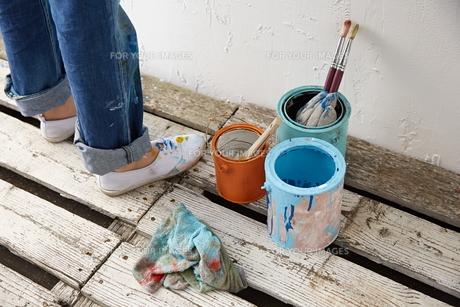 DIYをする女性 FYI01033163