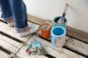 DIYをする女性の素材 [FYI01033163]