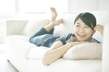 ソファーでくつろいでいる女性 FYI01033174